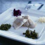 Kogt torsk med sennepssauce og garniture