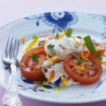 tomatsalat med mozzarellaost og blomster