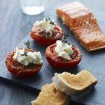 Varmrøget laks med langtidsbagte tomater & labne