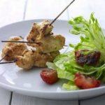 Satay kylling med grillede jordbær på salat