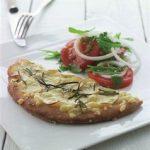 Kartoffelpizza med rosmarin & tomatsalat