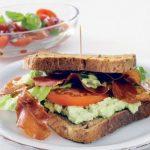 Sandwich med skinke og avocado